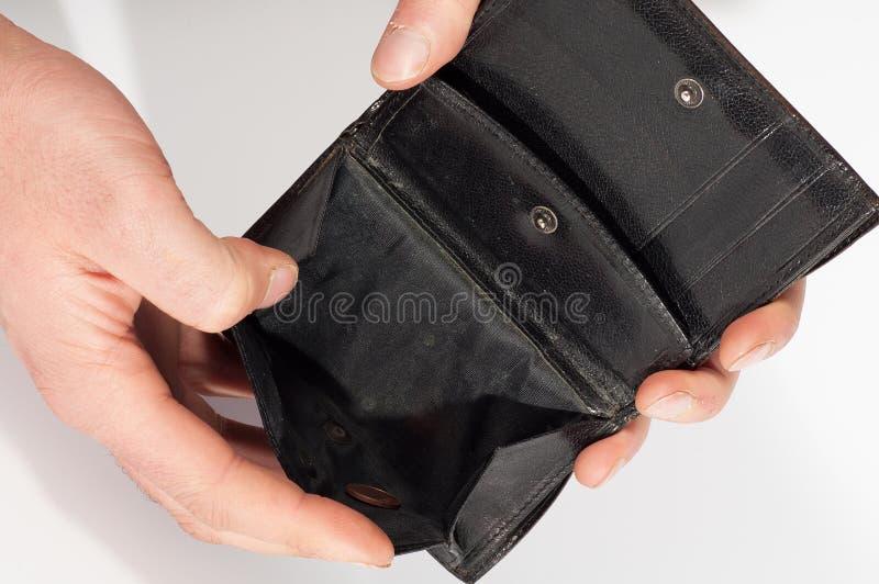 Händer som rymmer en tom svart plånbok. Isolerat på vit bakgrund royaltyfri foto