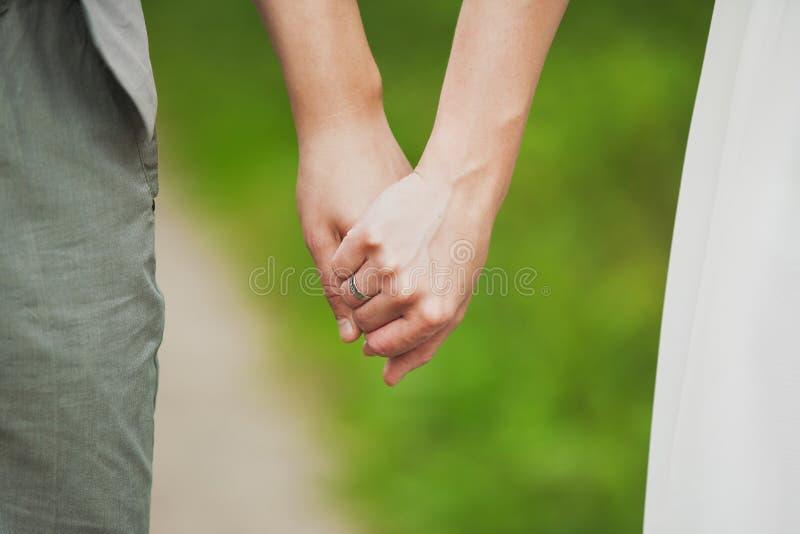 händer som rymmer mankvinnan barnet kopplar ihop förälskad stående toget royaltyfria bilder