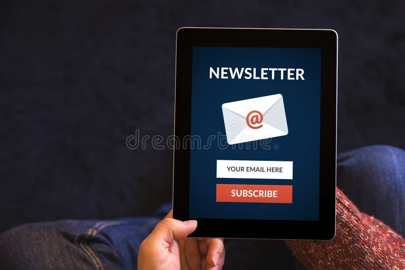 Händer som rymmer minnestavladatoren med, prenumererar informationsbladbegrepp royaltyfria foton