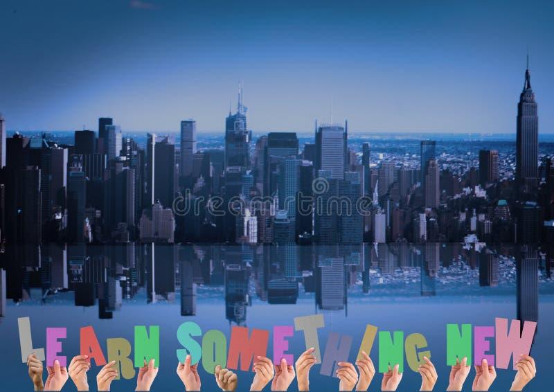 Händer som rymmer ord, lär något som är ny mot cityscapebakgrund arkivbilder