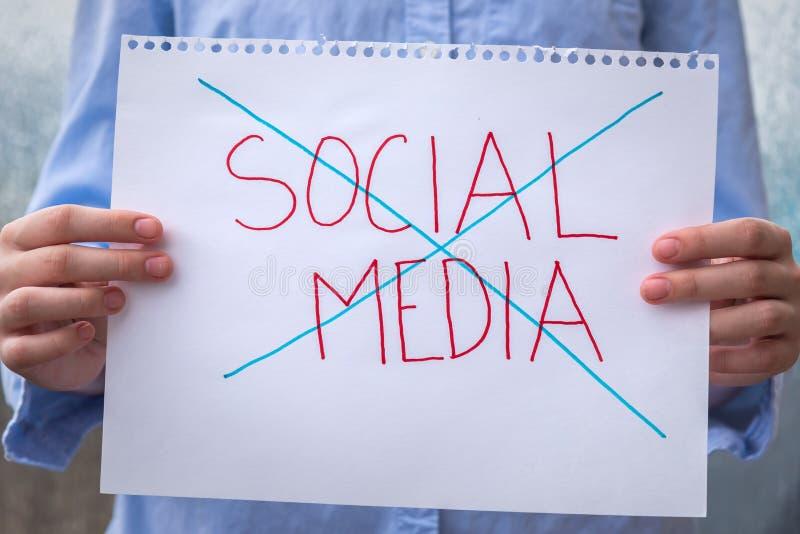 Händer som rymmer tecknet med socialt massmedia för ord, korsade ut royaltyfri fotografi