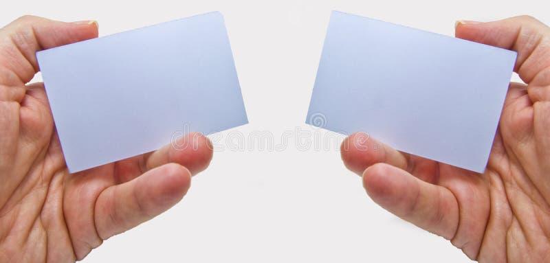 Händer som rymmer två tomma vita kort för motivational meddelanden royaltyfria bilder