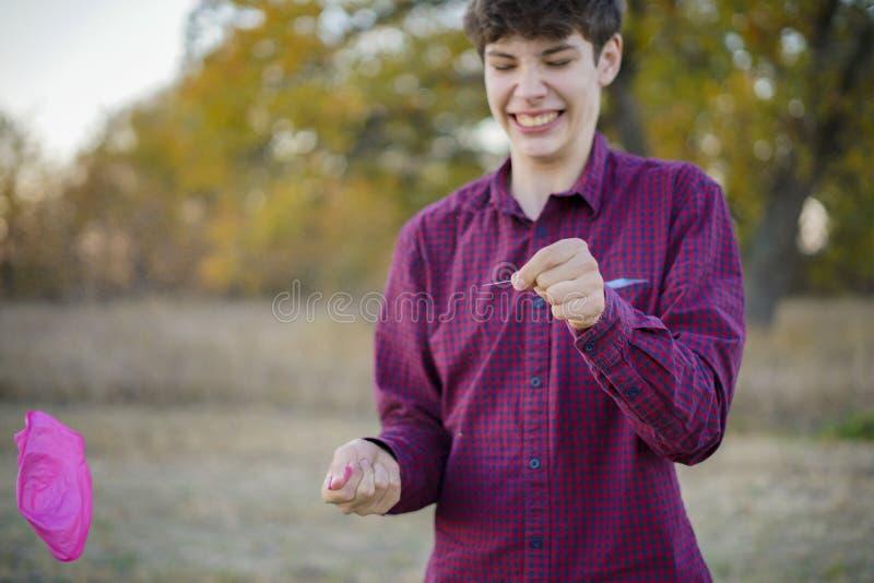 Händer som rymmer visar- och ballong-, patiens- och förtroendebegrepp f royaltyfri foto
