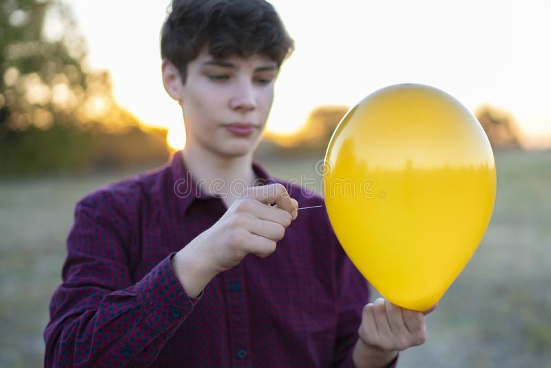 Händer som rymmer visar- och ballong-, patiens- och förtroendebegrepp f arkivbilder