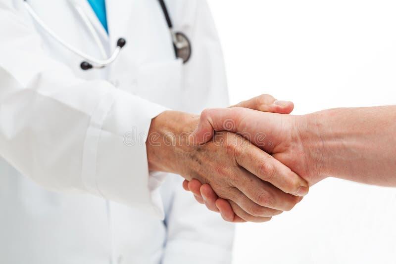 Händer som skakar med doktorn arkivbilder