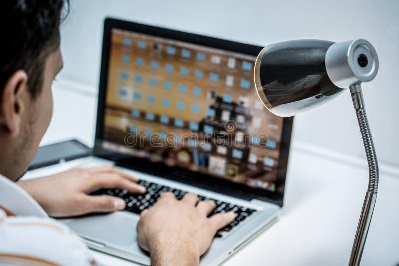 Händer som skriver på datoren royaltyfri bild