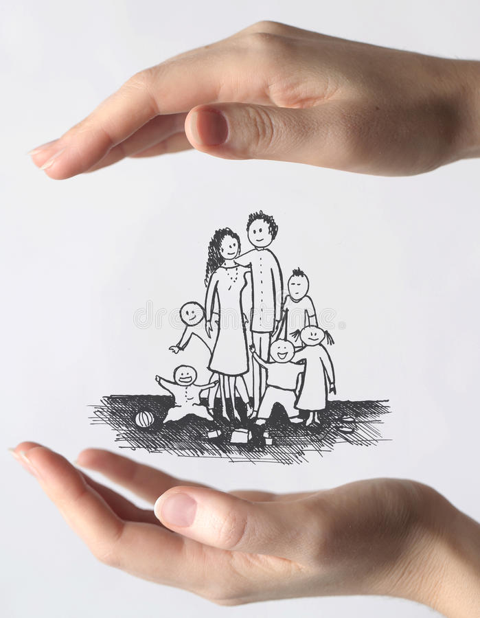 Händer som skyddar en familj arkivfoton
