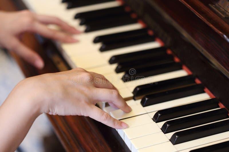 Händer som spelar det klassiska wood pianot royaltyfria foton