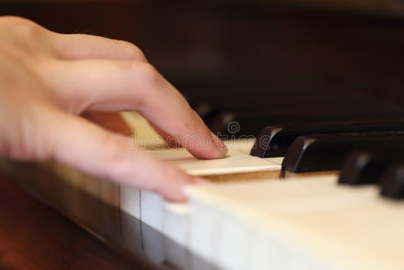 Händer som spelar det klassiska wood pianot fotografering för bildbyråer