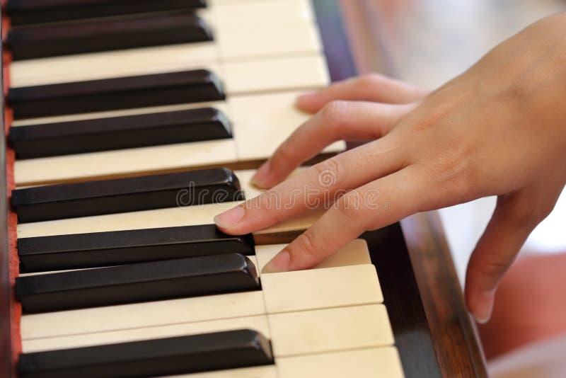 Händer som spelar det klassiska wood pianot arkivbilder