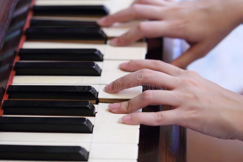 Händer som spelar det klassiska wood pianot royaltyfri fotografi