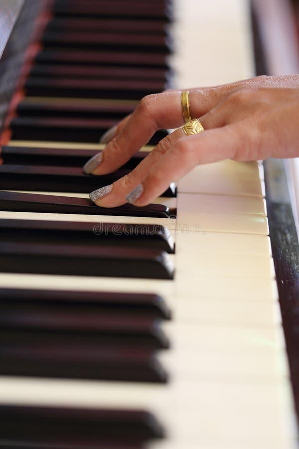 Händer som spelar det klassiska wood pianot royaltyfri bild