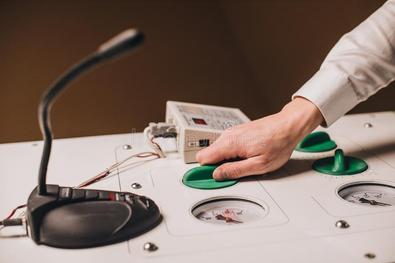 Händer som ställer in - upp medicinsk utrustning royaltyfria bilder