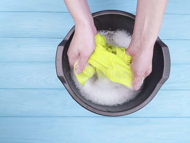 Händer som tvättar den hållande packningen för arbetshemmafrulivsstilen, gör ren självbetjäning i basinhousework fotografering för bildbyråer