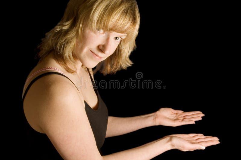 händer som ut rymmer kvinnan royaltyfri foto