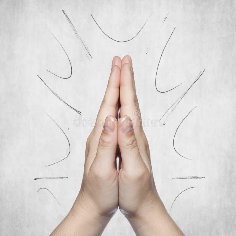 Händer vikta i välsignelsen, grå bakgrund, kopieringsutrymme royaltyfria foton