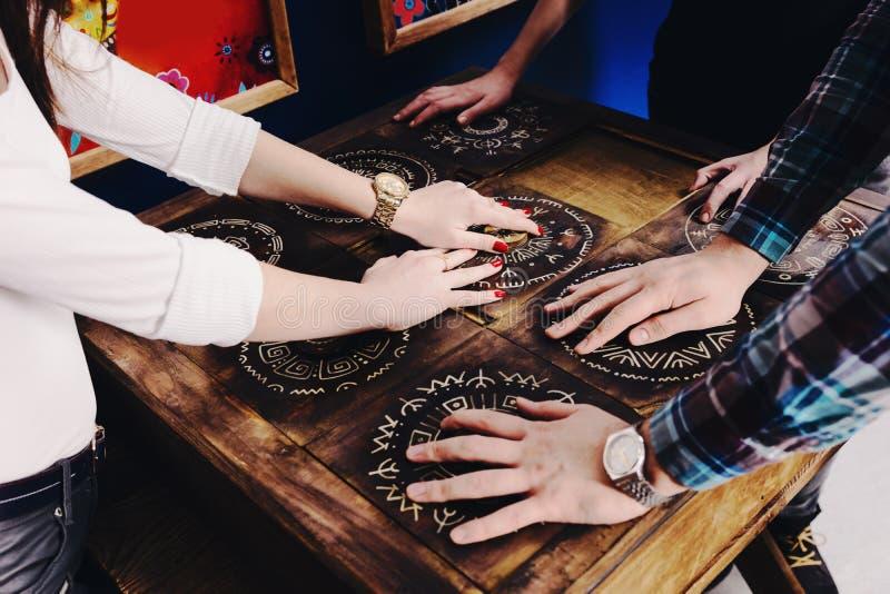Händerna av ungdomarflyttar stycken av den mexicanska stiltryinen arkivfoto