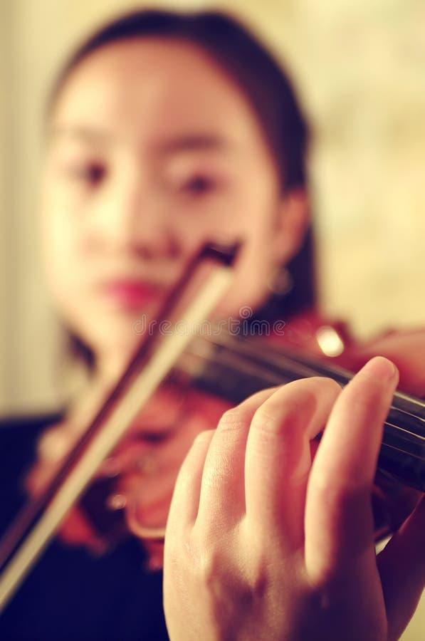 Händerna av violinisten arkivbilder