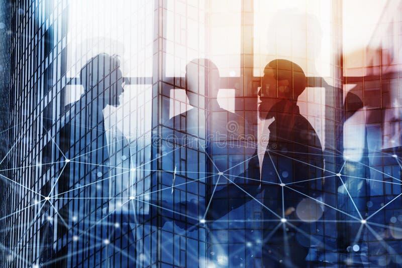 Händeschüttelngeschäftsperson im Büro mit Netzeffekt Konzept der Teamwork und der Partnerschaft Doppelte Berührung stockbild