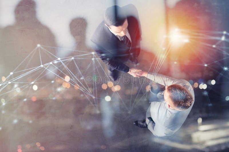 Händeschüttelngeschäftsperson im Büro mit Netzeffekt Konzept der Teamwork und der Partnerschaft Doppelte Berührung stockfotografie
