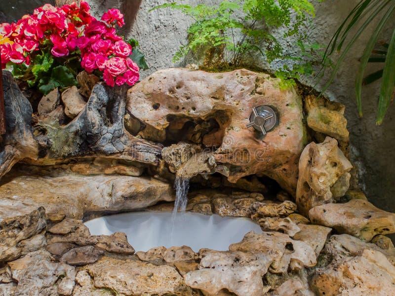 Händewaschenbecken mit Stein in der Toilette lizenzfreies stockfoto