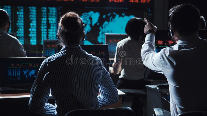Händler, die Daten bezüglich des Austausches analysieren lizenzfreies stockfoto