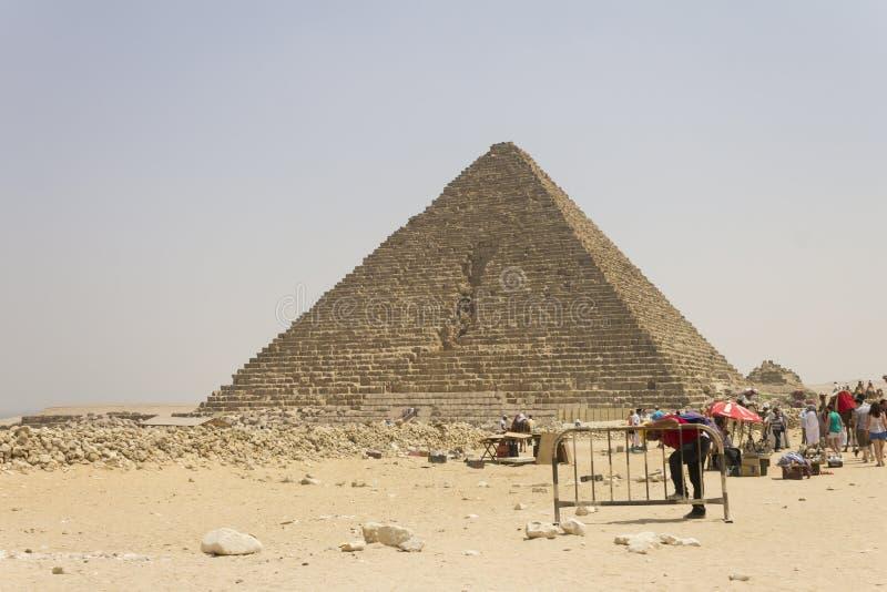 Download Händler Und Besucher Vor Menkaure Pyramide Redaktionelles Stockfotografie - Bild von ägypten, zutreffend: 26350132