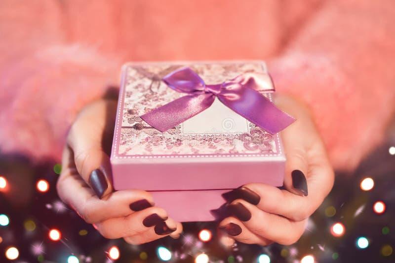 Händlerinnen mit rosa Geschenkbox Das Valentinstag- und Weihnachtsthema stockbild