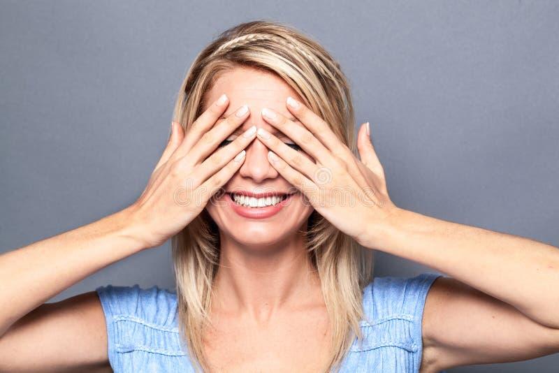 Hänförd sexig ung blond kvinna som uttrycker överraskning arkivfoto