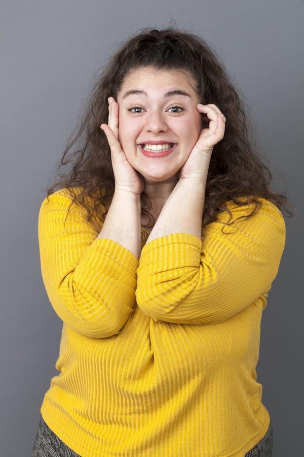 Hänförd ung fet kvinna som ler för blyg förförelse royaltyfri bild