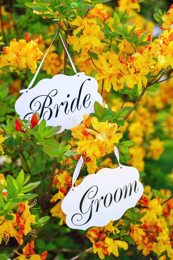 Hänga för bröllopbrud- och brudgumtecken arkivfoton
