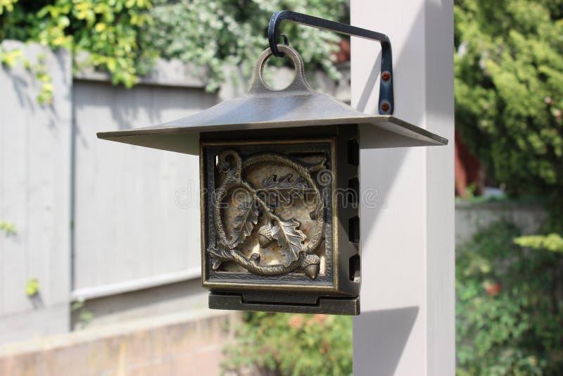 hänga för fågelförlagematare arkivbild