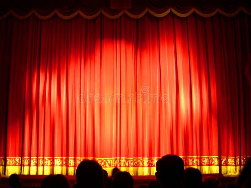 hänga upp gardiner teatern arkivbild