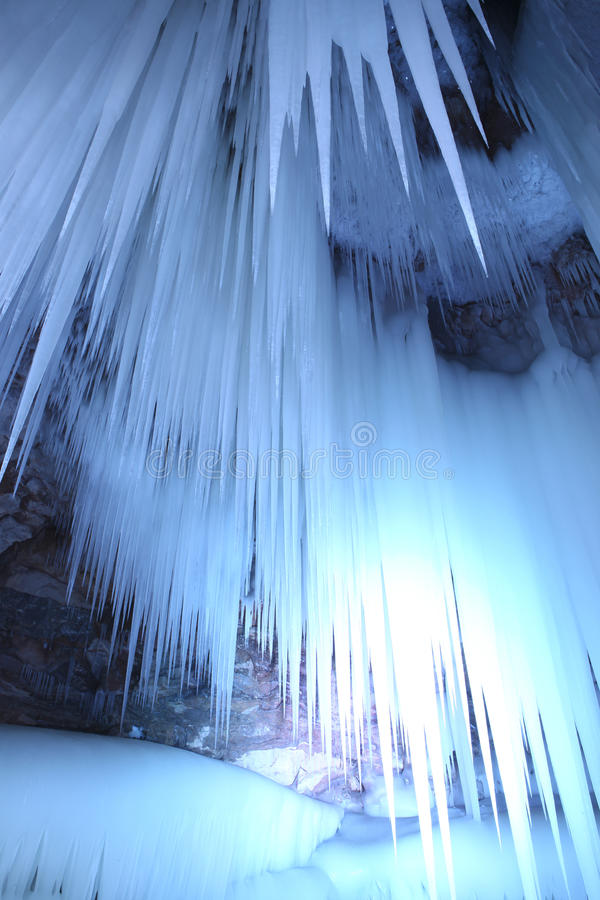 hängande is arkivfoton