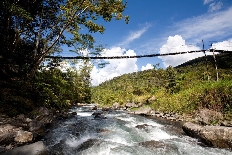 hängande bergflod för bro royaltyfri foto