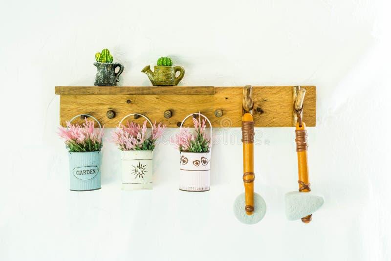 hängande blomkruka på väggen arkivfoto