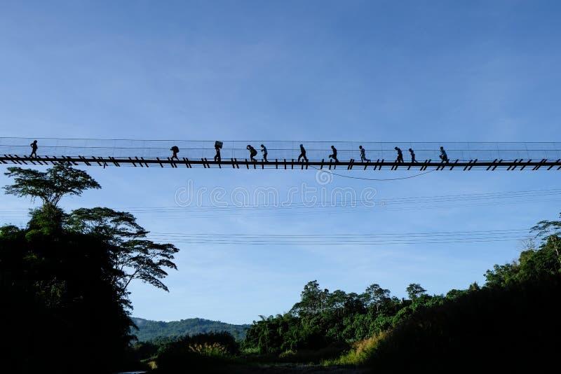 Hängande bro för by fotografering för bildbyråer