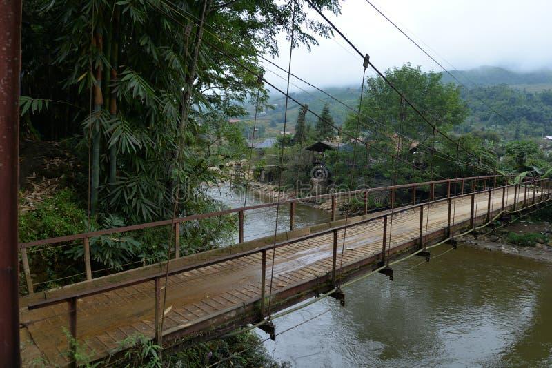 Hängande bro i bergregionen av Sa-PA, Vietnam royaltyfria bilder
