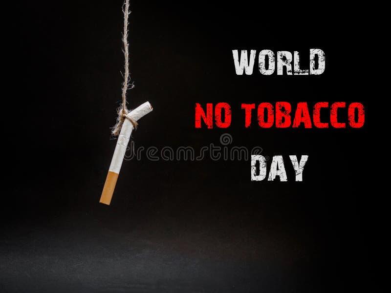 Hängande cigarete på svart bakgrund byte själv Avslutning av s royaltyfri fotografi