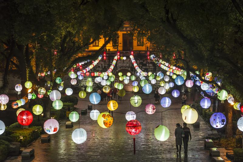 Hängande färgglade ballonger, Guilin, Guangxi landskap, Kina royaltyfri bild