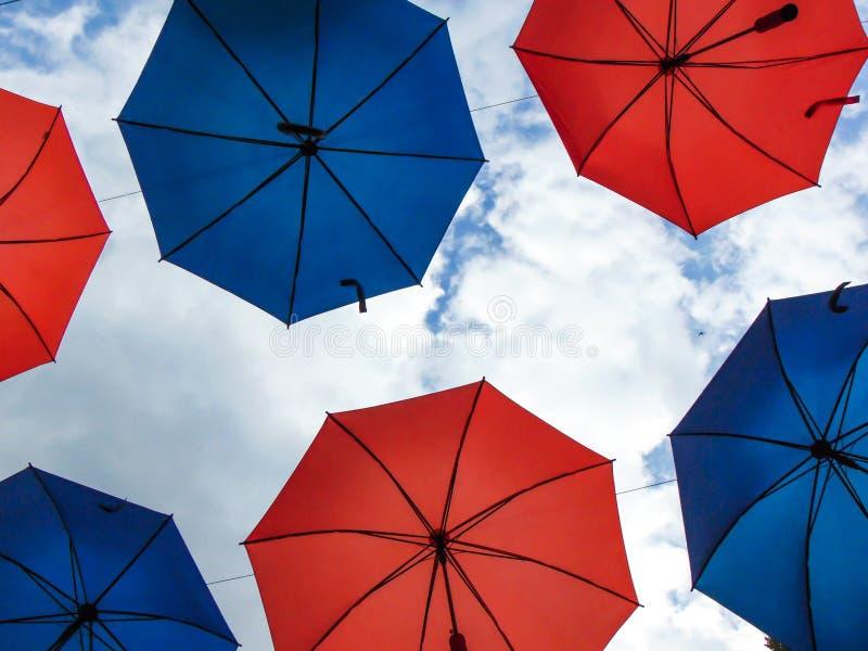 Hängande färgrika paraplyer över himlen royaltyfri foto