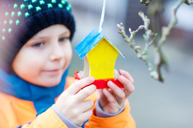 Hängande fågelhus för liten unge på trädet för matning i vinter royaltyfri fotografi