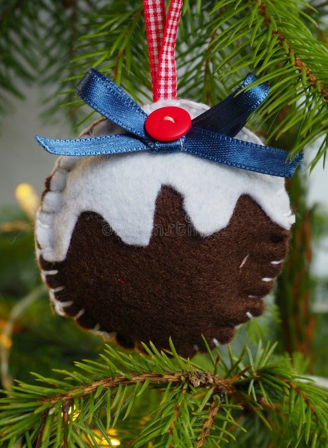Hängande hand gjorde julgranens dekoration pudding formad arkivbild
