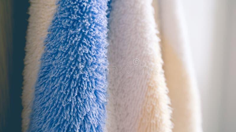Hängande handdukar i badrum royaltyfria bilder