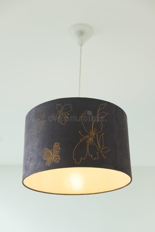 Hängande lampa i lyxigt rum fotografering för bildbyråer