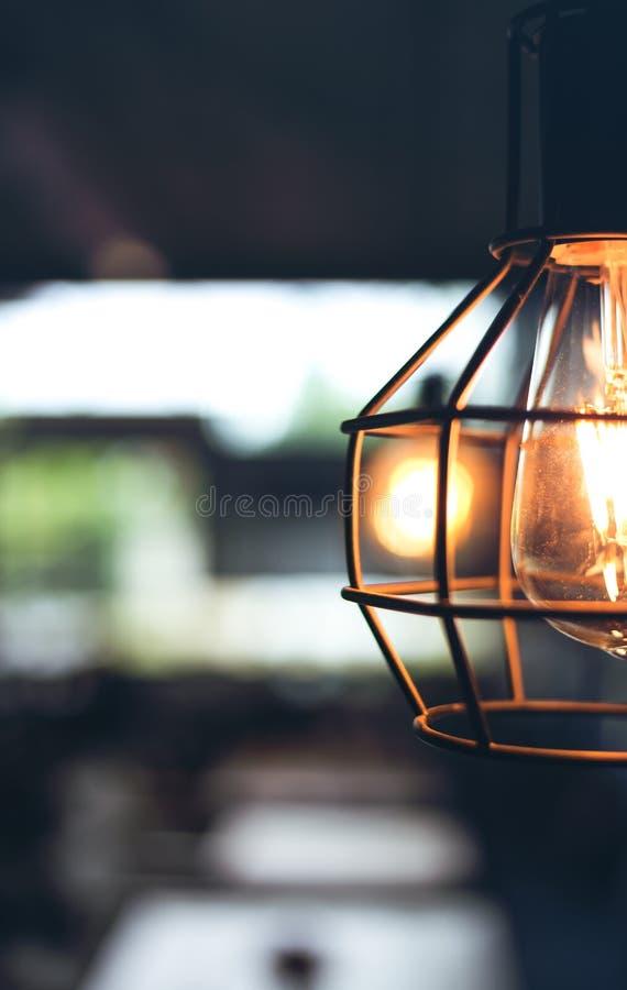 Hängande lampa i rummet i coffee shop royaltyfri fotografi