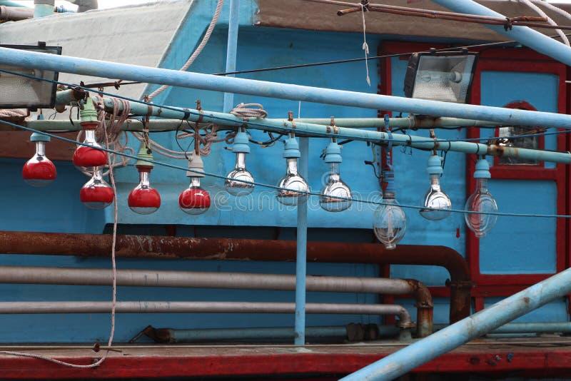 Hängande ljus kula på fiskebåten royaltyfri bild