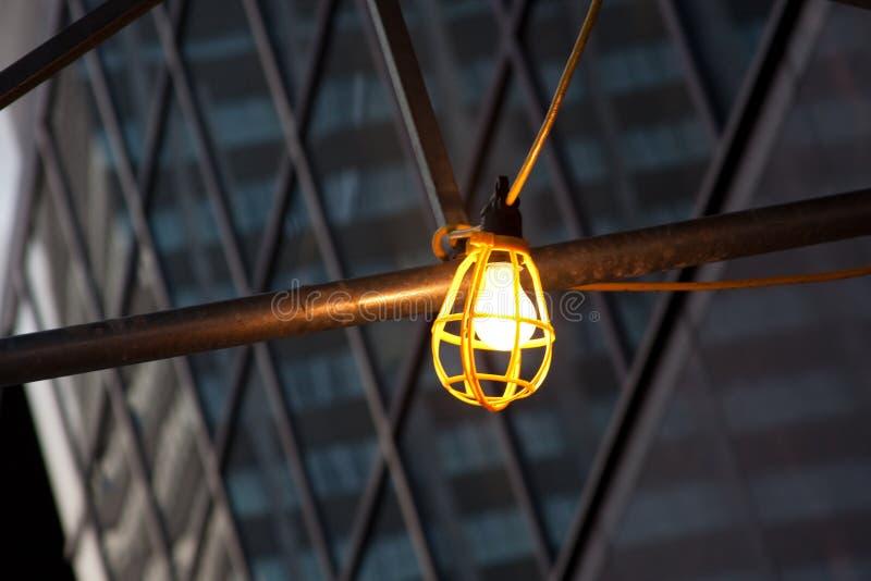 hängande ljusa arbetare för metallstång royaltyfri bild