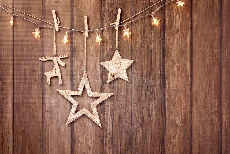 Hängande naturliga julprydnader med stjärnklara ljus fotografering för bildbyråer