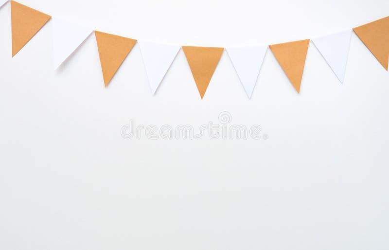 Hängande pappers- flaggor på vit väggbakgrund, dekorobjekt för partiet, festival, firar händelse fotografering för bildbyråer